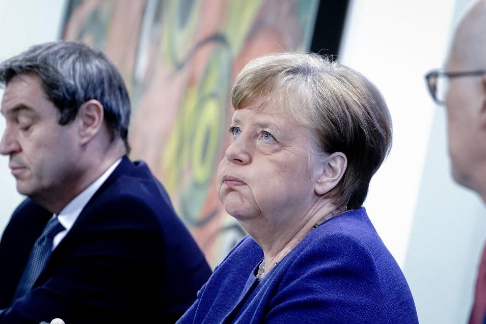 Angela Merkel (M, CDU) will am Mittwoch mit den Ministerpräsidenten neue Lockerungsschritte beraten. Zahlreiche Länder sind aber schon vorgeprescht.
