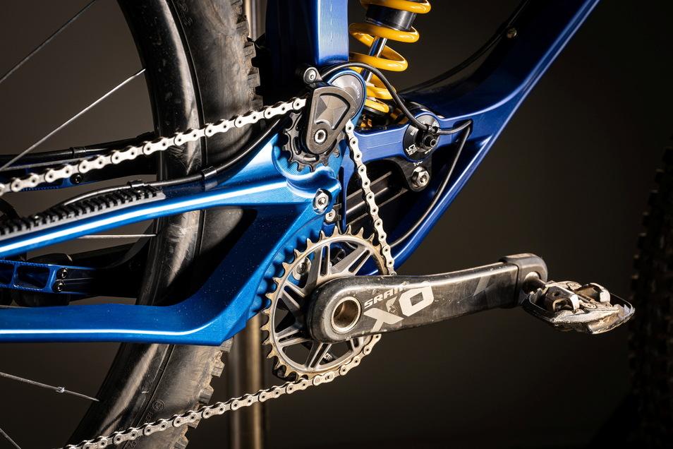 """Der Hinterbau des Actofive-Mountainbikes heißt im Fachjargon """"abgestützter Eingelenker"""". Den Federweg beziffert Simon Metzner mit 135 oder 145 Millimeter."""