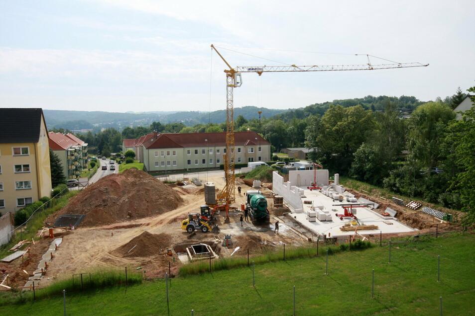 Blick auf die Baustelle an der Breuningstraße kurz nach Beginn der Arbeiten. Innerhalb eines Jahres wurde der Neubau hochgezogen.