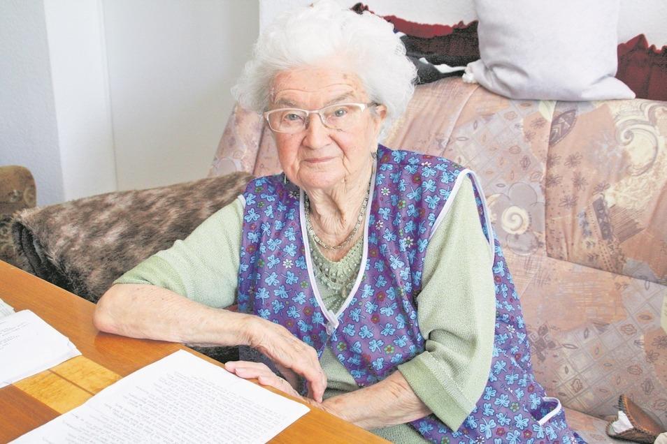 Die 92-jährige Irene Hübner hat nahezu 30 Jahre als Postzustellerin gearbeitet, zunächst in Bautzen, später in Neugersdorf. Sie wusste der SZ in ihrer Wohnung in Ebersbach-Oberland so manches Erlebnis und manche Anekdote aus ihrem Berufsleben zu erzählen.