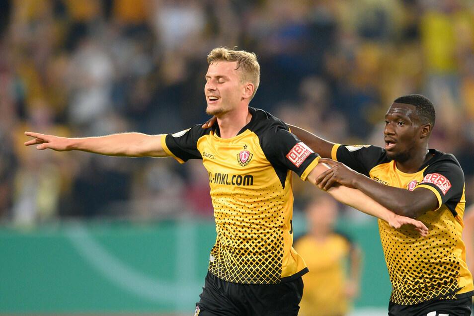 Dynamos Christoph Daferner jubelt nach seinem Tor zum 3:0 mit Agyemang Diawusie. Am Ende steht es 4:1 - und Dresden zieht in die zweite Pokalrunde ein.
