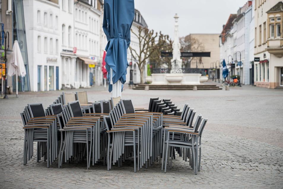 In Zeiten steigender Corona-Zahlen fährt das Saarland das öffentliche Leben ein Stück weit wieder hoch. In einem landesweiten Modellprojekt öffnen etliche Einrichtungen wie die Außengastronomie wieder: für negativ Getestete.