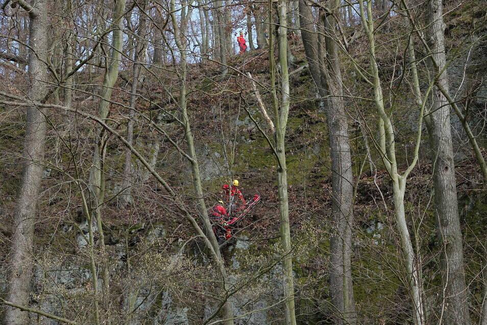 Einsatz für die Höhenretter der Berufsfeuerwehr Dresden: An einem Steilhang hinter der Freitaler Papierfabrik seilten sie sich zu einer schwer verletzten Radfahrerin ab.