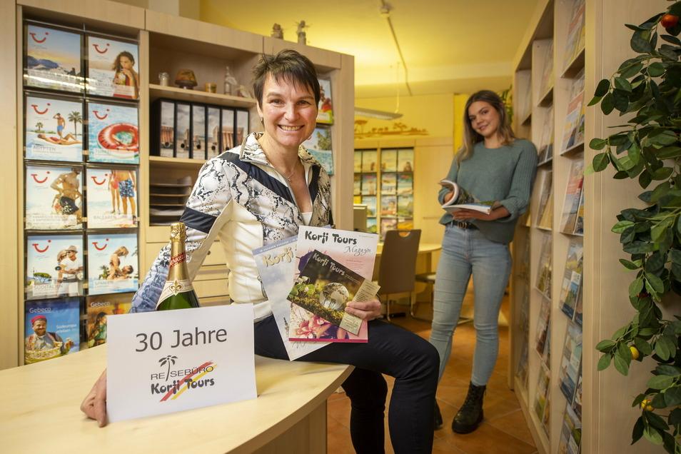Obwohl das 30. Jahr das schwerste in der Firmengeschichte ist, will Reisebüro-Inhaberin Kathrin Korfmacher-Pollul feiern und setzt auf die Zukunft, auch mit Auszubildender Lucie Bräuer.