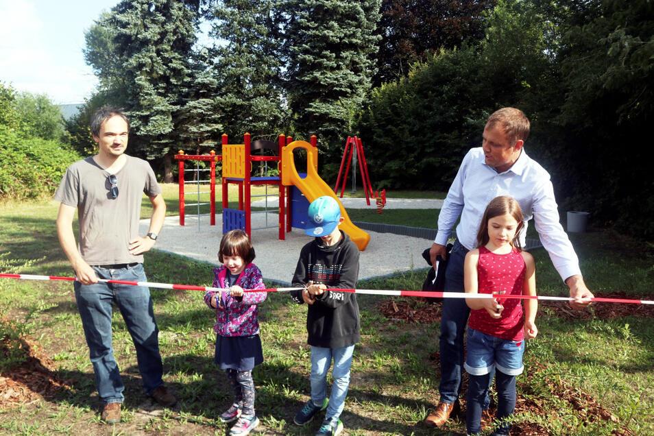 In der Hoyerswerdaer Altstadt freuen sich Kinder und Eltern über einen neuen Spielplatz. An der Korla-Awgust-Kocor-Straße errichtete ihn der Bauhof der Stadt seit Juni.