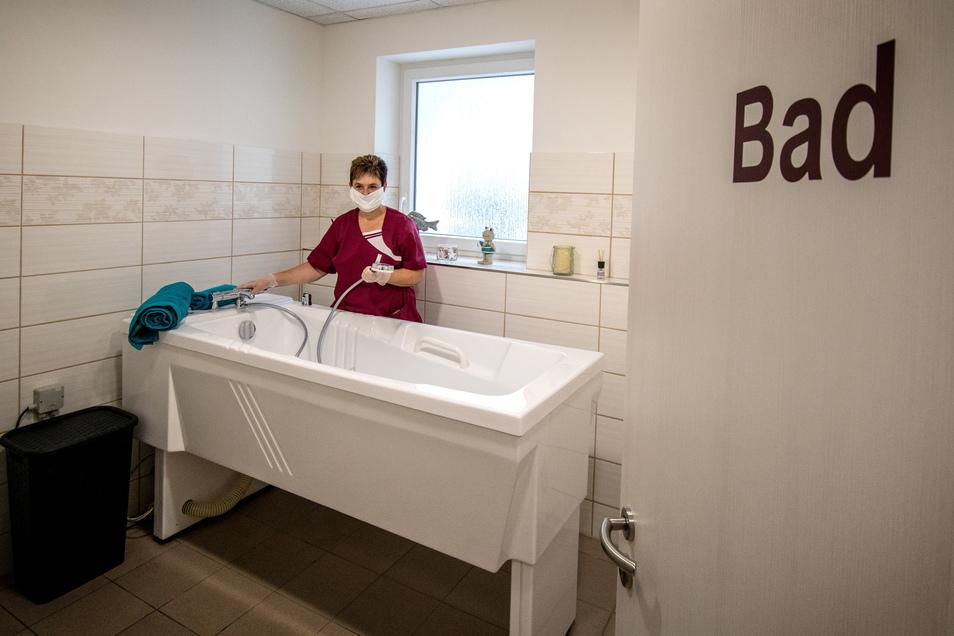 Heike Dutscho zeigt die Badewanne in der Einrichtung, die von Besuchern genutzt werden kann.