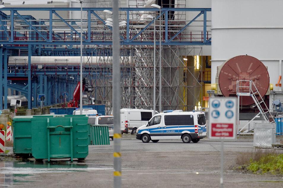 Polizeiwagen fahren am Sonntag über das Gelände des Steinkohlekraftwerks Datteln 4.