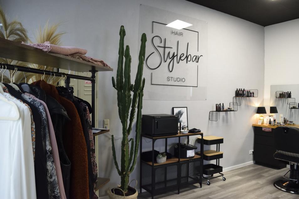 """Im Salon ist neben verschiedenen Haarpflege-Produkten auch Platz für Kleider, Jacken und Accessoires aus der Cottbuser Boutique """"20•20 andersartig""""."""