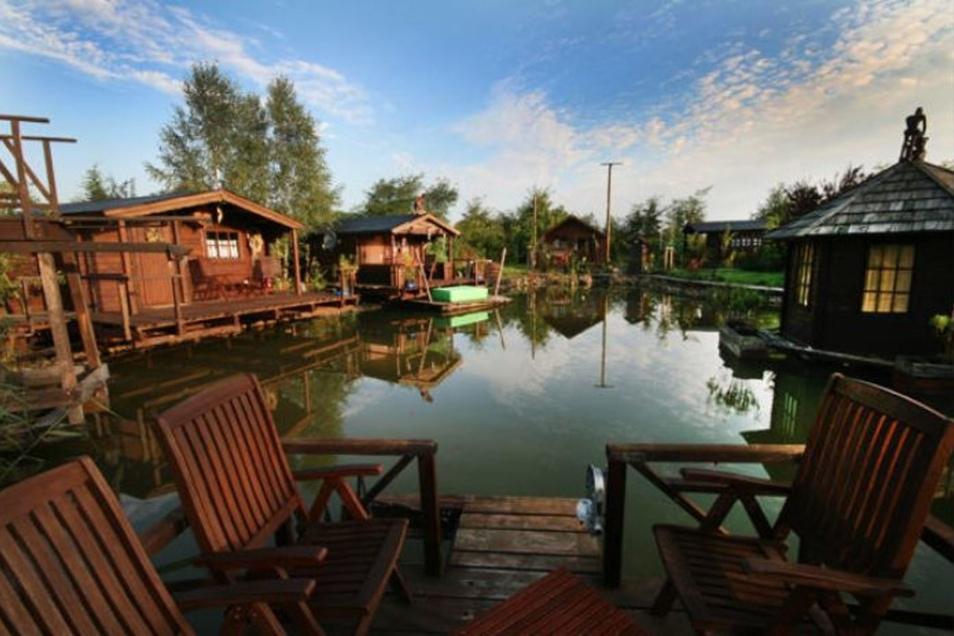 Auch ein Naturteich mit Ferien-Blockhäusern gehört zum Areal.
