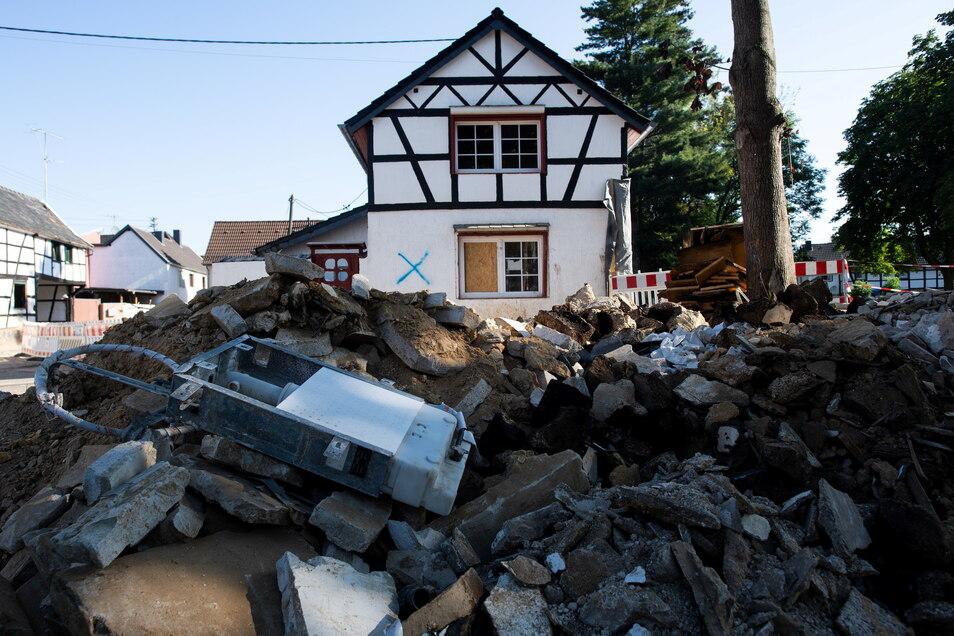 Ein aktuelles Foto aus dem Hochwasser-Krisengebiet im Westen Deutschlands. Die Schäden sind kaum zu überblicken. Das markierte Haus, muss abgerissen werden. Die Stadt Kamenz will für die Opfer spenden, um die Not nach der Katastrophe etwas zu lindern.