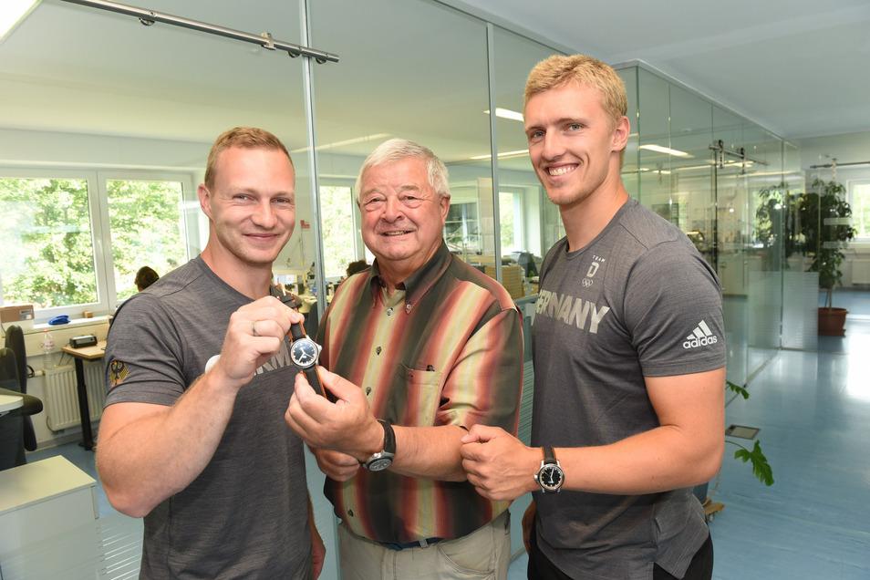 Senior-Chef Hans-Jürgen Mühle führte im Juni 2018 Bob-Olympiasieger Francesco Friedrich und Anschieber Thorsten Margis durch die Uhrenproduktion.