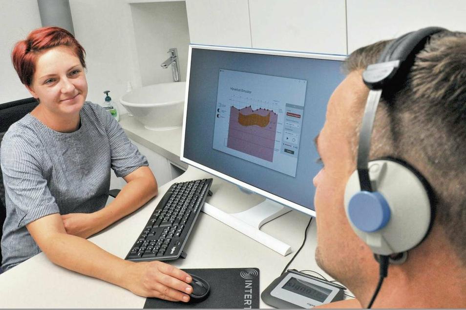 Hörgeräteakustikerin Maria Höland und ihren Kunden bieten die beiden Kabinen zur Anpassung von Hörsystemen beste Bedingungen. Die neu eröffnete Filiale der Wette & Schnell GmbH in der Straße des Friedens in Weißwasser ist auf diesen Schwerpunkt fok