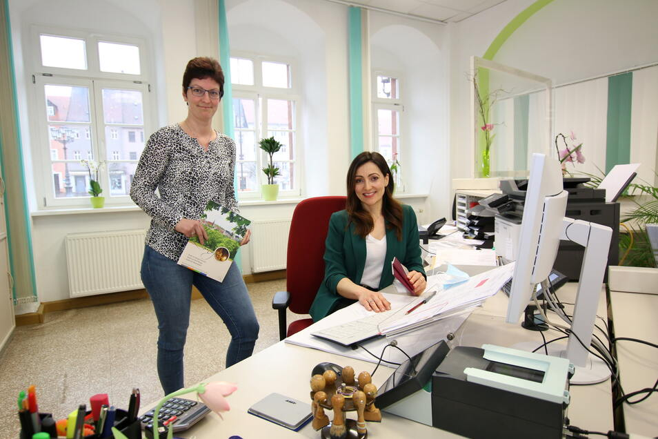 Silvana Töpfer (links) und Diana Hamann sind die ersten, die Besucher im Rathaus begrüßen. Beide kümmern sich um Anliegen im Meld- und Gewerbeamt sowie im Bürgerbüro. Von diesen kombinierten Anlaufstellen gibt es jetzt zwei im Leisniger Rathaus.