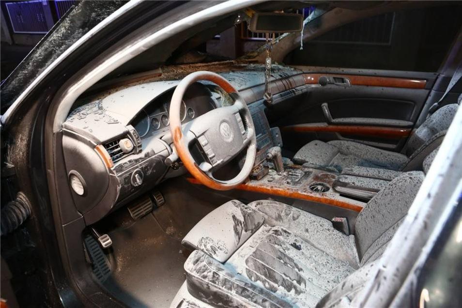 Während der Flucht des Autofahrers geriet der Wagen des 31-Jährigen in Brand...