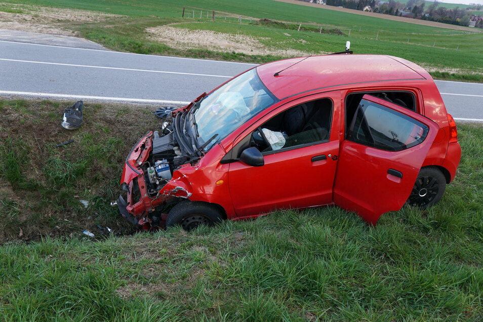 Das Fahrzeug der 19-Jährigen landete im Straßengraben.