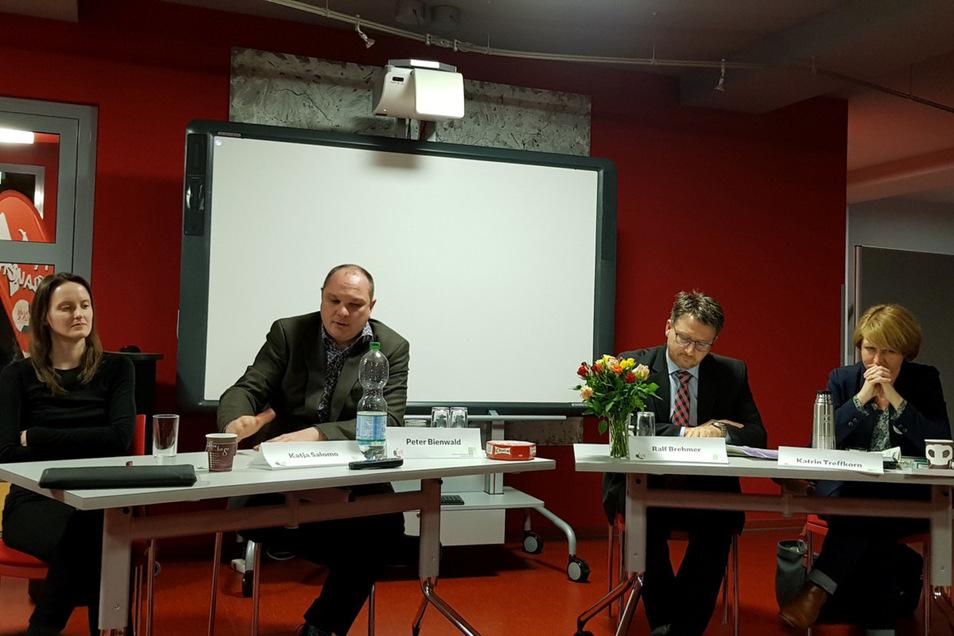 Mit der Wissenschaftlerin Katja Salomo (links) diskutierten in Löbau (von links nach rechts): Peter Bienwald von der Arbeitsgemeinschaft Jungen- und Männerarbeit Sachsen, der Bürgermeister von Rietschen, Ralf Brehmer, und Kathrin Treffkorn von der Initiat