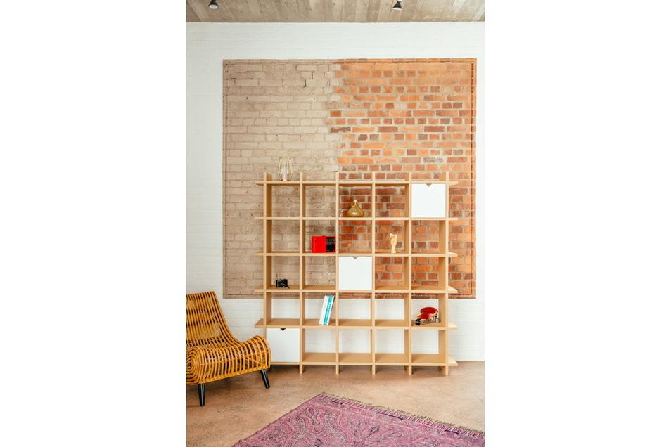 Ebenfalls ein Pappmöbel: Das Regal von Papercom. Foto: Martin Scherag//dpa
