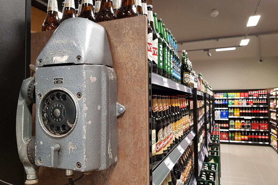 Ein altes Grubentelefon am Bierregal ist nur ein Relikt vergangener Zeiten, mit denen Kaufmann OIaf Schneider Industrie-Chic in den Neubau an der Reichenbacher Straße holte.