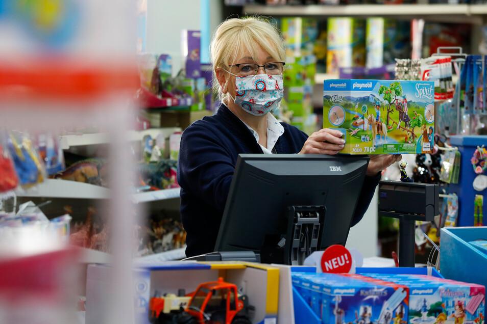 Evelyn Huschke-Langenfeld bedient in ihrem Spielzeugladen jetzt mit Mundschutz. Aber sie ist froh, wieder öffnen zu können.