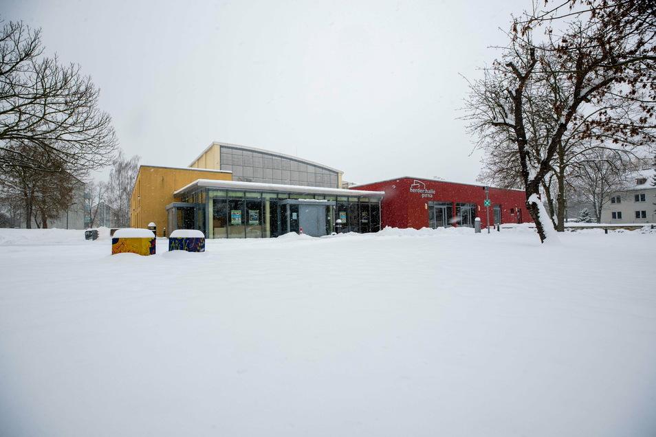 Auf dem Dach der Herder-Turnhalle in Pirna liegt viel Schnee. Aber das ist noch kein Grund zur Beunruhigung, sagt das Rathaus.