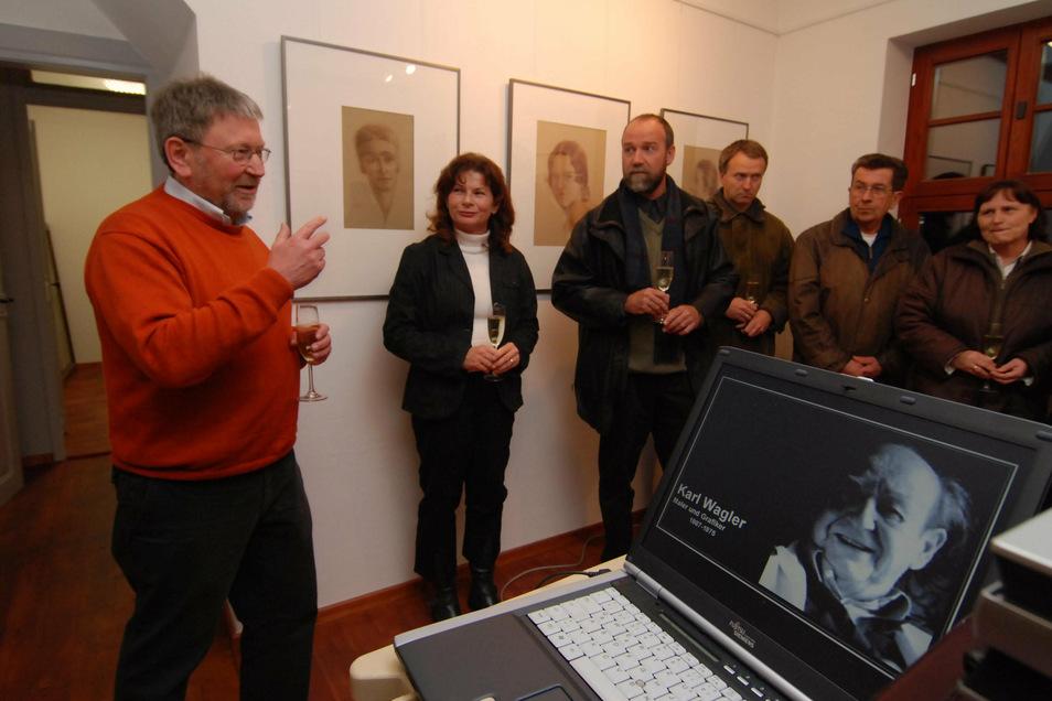 Im November 2007 hat der damalige Leisniger Bürgermeister Heiner Stephan (links) die Karl-Wagler-Ausstellung im Obergeschoss des Stiefelhauses eröffnet.