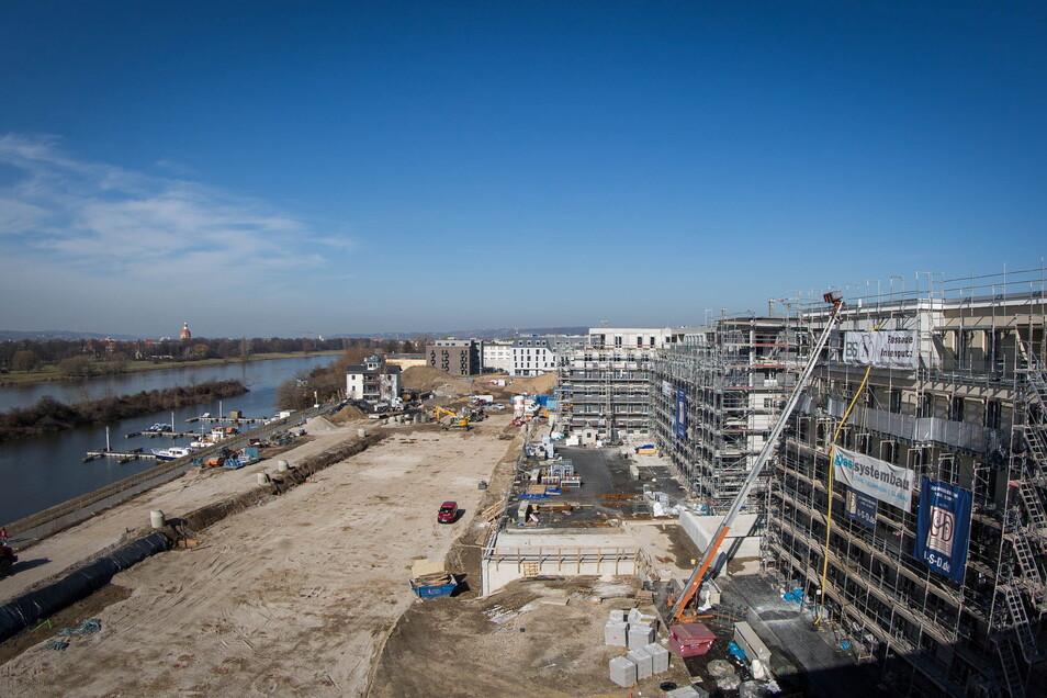 Noch fehlen die Stadtvillen jedoch. Die bauvorbereitenden Maßnahmen haben allerdings begonnen. Das Baufeld vor den beiden Wohnriegeln zeichnet sich bereits ab.