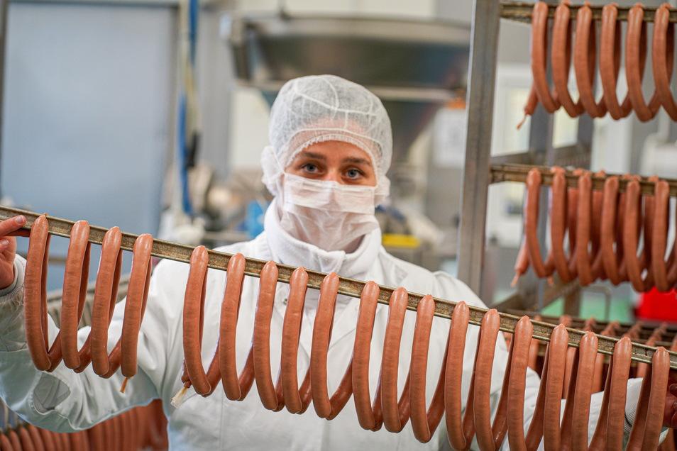 Petra Mesa überprüft bei Meisters Wurst- und Fleischwaren in Bautzen frisch gefüllte Rindswiener. Sie ist die Chefin der Qualitätssicherung des Unternehmens.