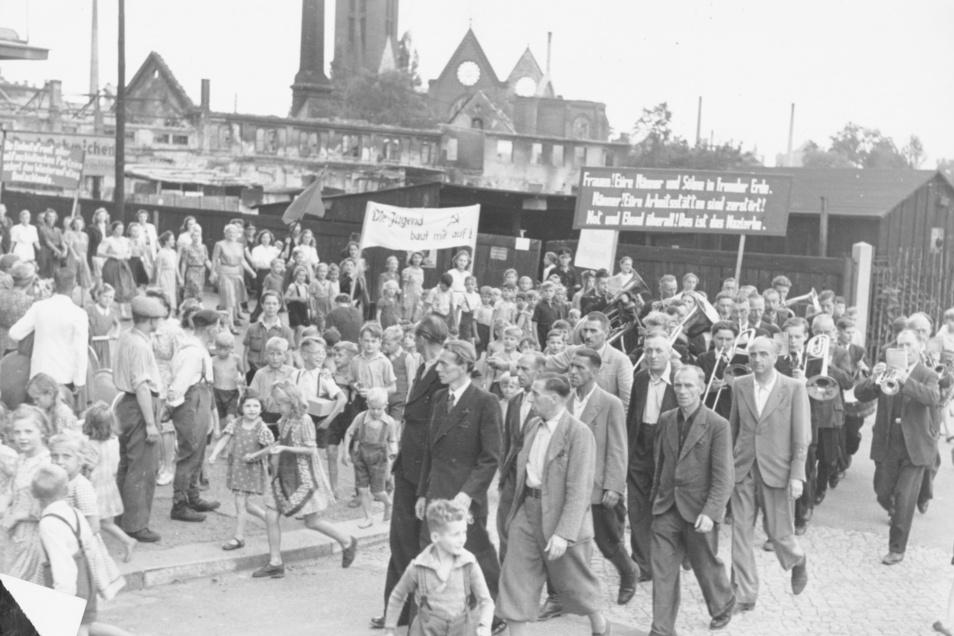 Aufbruchstimmung nach dem Krieg: Arbeiter ziehen 1946 durch die Dresdner Neustadt.