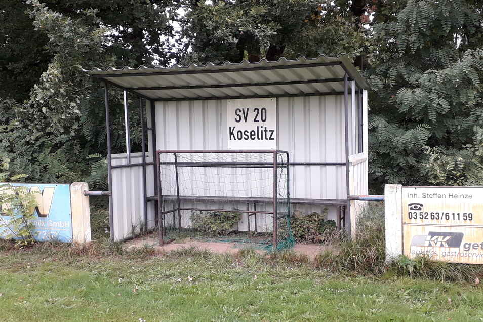 Die Bank der Heimmannschaft auf dem Koselitzer Fußballplatz ist seit über einem Jahr verwaist. Die Fußballer des SV 20 Koselitz haben sich aus dem Punktspielwettbewerb abgemeldet. Der Rasen wird aber noch von der Gemeindeverwaltung gepflegt.