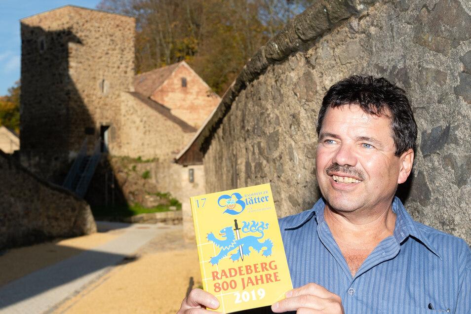 Der Radeberger Gert Schöbel mit einem Exemplar der Radeburger Stadtblätter.