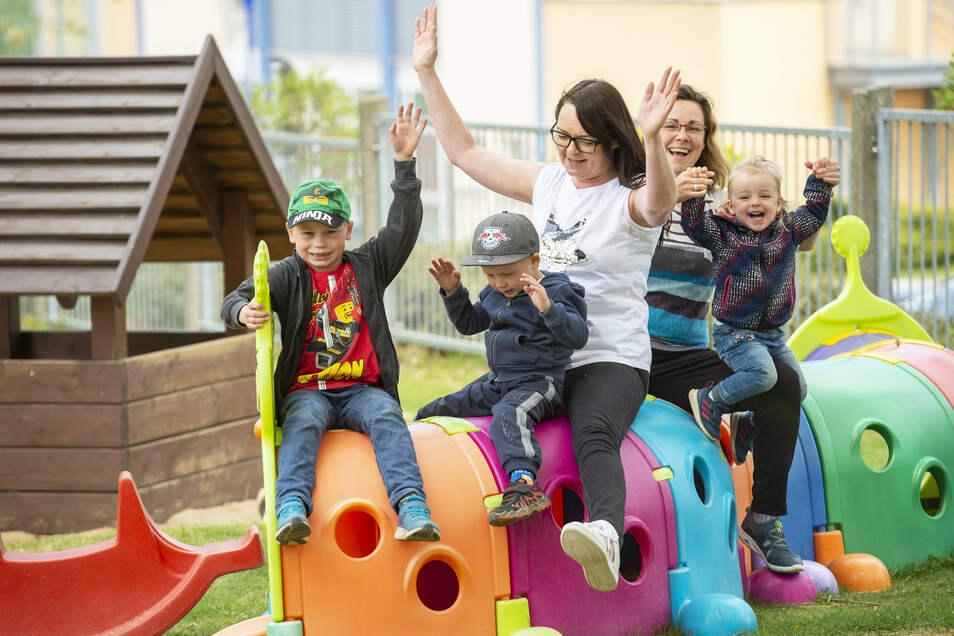 In der Kita Wasserplanscher sind die Erzieher mit den Kindern der Notbetreuung oft auf dem hauseigenen Spielplatz. Darüber freuen sich Arne, Anton und Lucy, die mit Leiterin Dana Richter und Erzieherin Cornelia Sachse (von links) spielen.