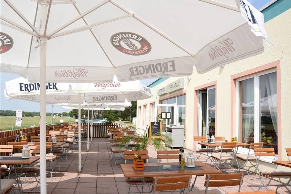 """La Terrazza Riesa Lange stand das Lokal am Flugplatz in Göhlis leer. Erst im Oktober öffnete es als """"La Terrazza"""" neu.  Geöffnet: täglich 17 bis 23 Uhr, von Mittwoch bis Freitag auch 11.30 bis 14.30 Uhr, am Wochenende ab 11.30 Uhr, montags Ruhetag Preise: 0,4 l Fassbier 3,50 Euro Spezialität: umfangreiche Karte mit italienischen Gerichten"""