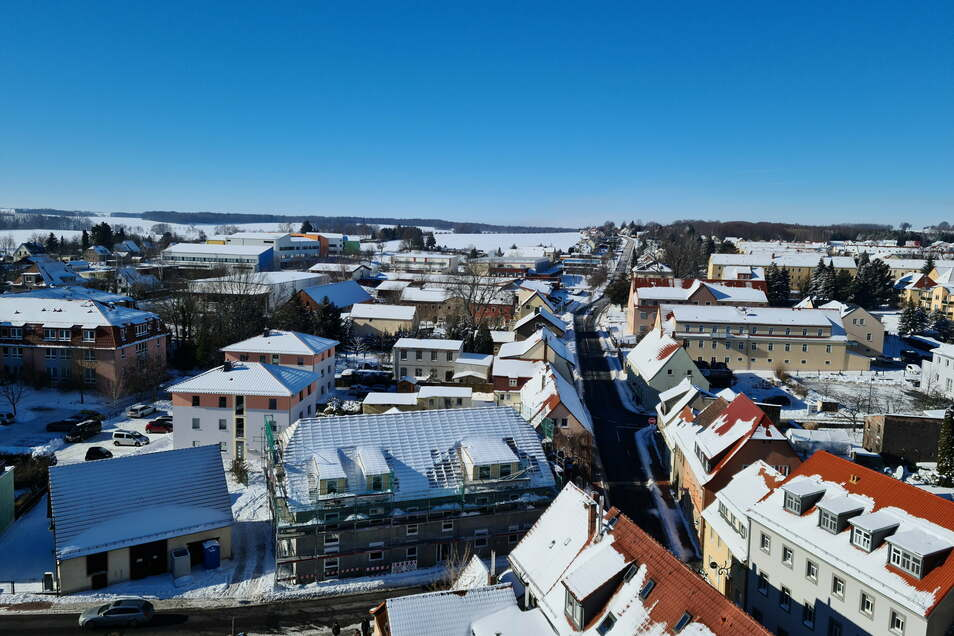Blick auf die verschneite Innenstadt, Richtung Nossener Straße. Im Hintergrund ist das Gymnasium zu sehen.