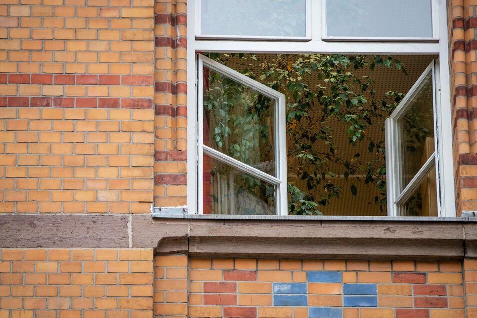Ein Fenster einer Stuttgarter Grundschule ist zum Lüften geöffnet.