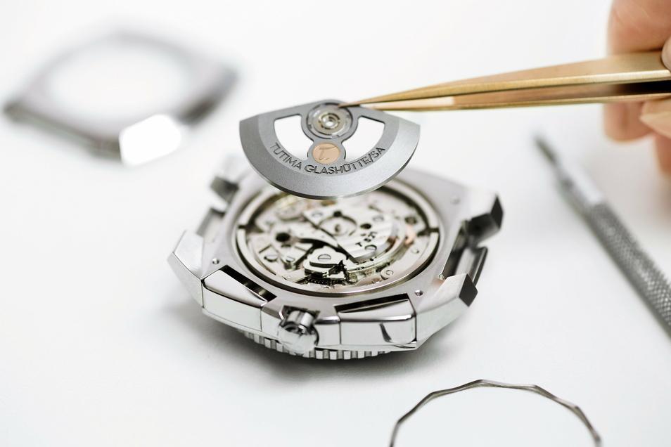 Das 18-Karat-Goldsiegel mit dem T, hier im Rotor einer Saxon One Chronograph, ist Tutimas Markenzeichen.