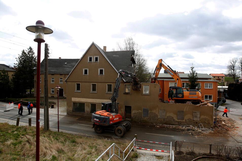 Am Freitag haben Abrissarbeiten an einem Haus in Bretnig begonnen. Teile davon drohten auf die Straße zu stürzen.