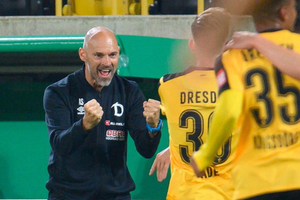 So kennt man Dynamos Trainer bisher: Alexander Schmidt (l.) in Jubelpose - auch beim 2:1-Sieg im DFB-Pokalspiel gegen den SC Paderborn.