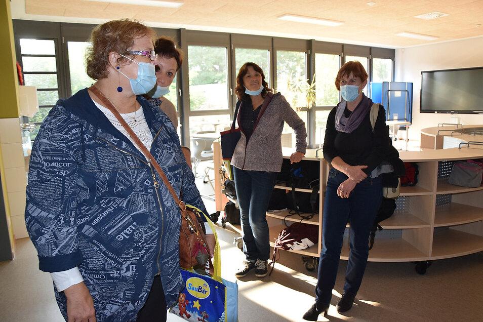Ehemalige Schüler besichtigen beim Klassentreffen in der neuen Oberschule Hoyerswerda eine Lernlandschaft.