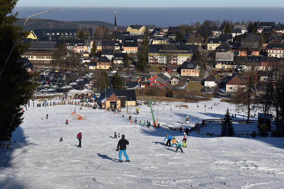 In Altenberg haben die Lifte wieder geschlossen. In den vergangenen Wochen war dort auf Kunstschnee noch Skifahren und Rodeln möglich.