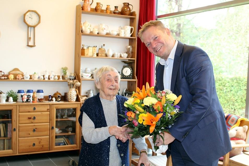 Johanna Marie Vetter feierte am Samstag mit ihrer Familie ihren 100. Geburtstag. Am gestrigen Montag schauten Bürgermeister Harry Habel und ASB–Geschäftsführer Peter Großpietsch (hier im Bild) vorbei, um nachträglich zu gratulieren.