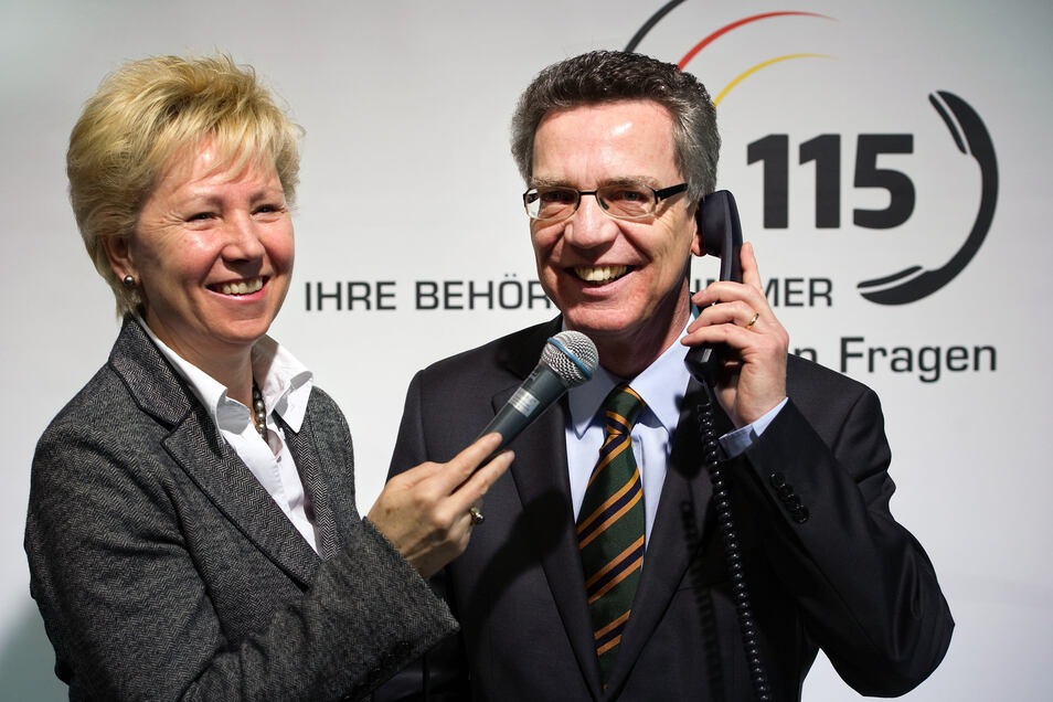 Zur Einführung der 115 vor acht Jahren machten Helma Orosz und Thomas de Maiziere Werbung für das Behördentelefon.