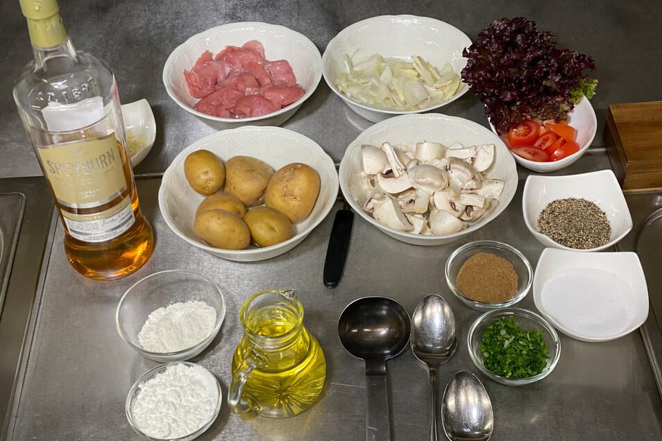 Gute Vorbereitung ist beim Kochen alles. Zutaten bereitstellen. SchweinefiIet putzen, der Länge nach halbieren und leicht schräg in Scheiben oder Streifen schneiden. Mit Salz und Pfeffer würzen. Zwiebel und Knoblauch schälen und in Streifen schneiden. Die Champions putzen und vierteln.