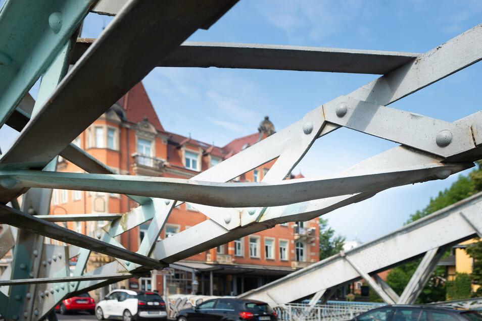 An der Stahlkonstruktion gibt es viele Schäden. So sind diese Stahlstreben verbogen.