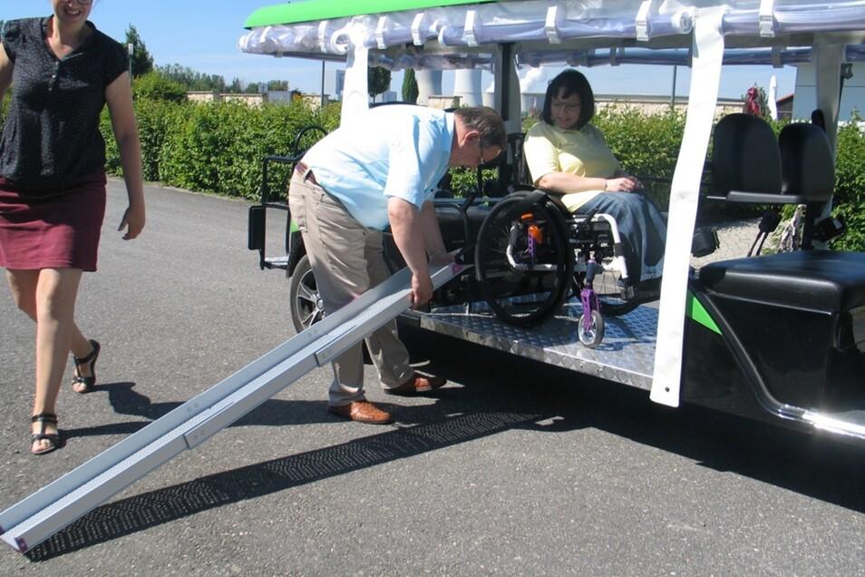 Nachdem der Rollstuhl von Cindy Tobias im Parkmobil sicher befestigt ist, entfernt Ulrich Klinkert die Rampen. Nun kann die Erkundungstour für die Hoyerswerdaerin beginnen.