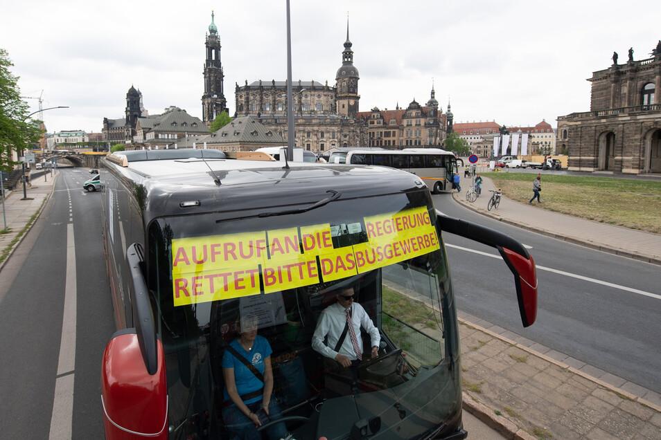 """Mit Appellen rollten die Reiseunternehmer durch die Altstadt: """"Aufruf an die Regierung: Rettet bitte das Busgewerbe."""""""