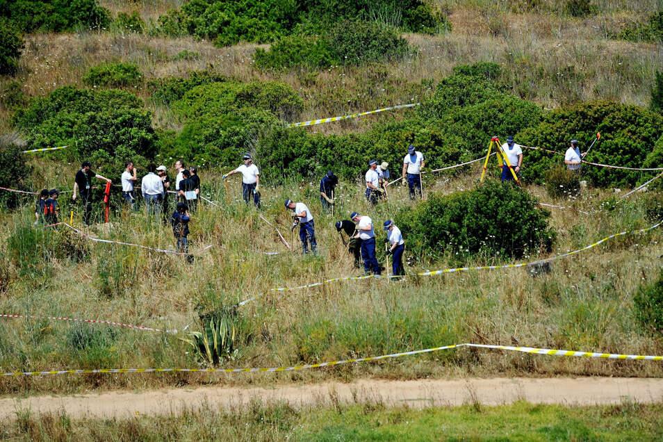 Polizisten aus Großbritannien und Portugal auf der Suche nach Madeleine McCann.: