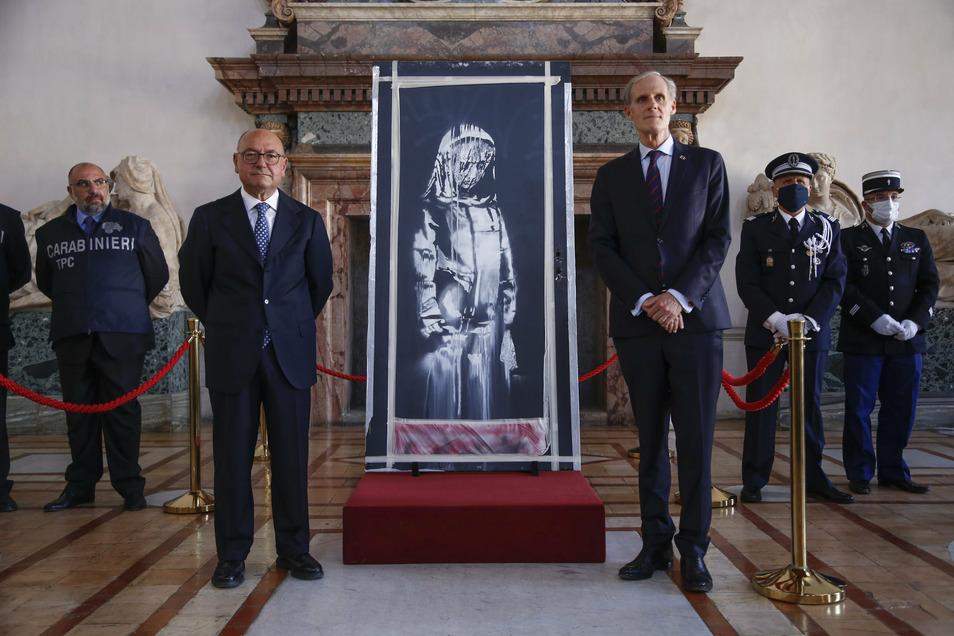 1Christian Masset (3.v.r), Botschafter von Frankreich in Italien, und Michele Renzo (2.v.l), Staatsanwalt aus Italien, während der symbolischen Übergabe der Banksy-Tür.