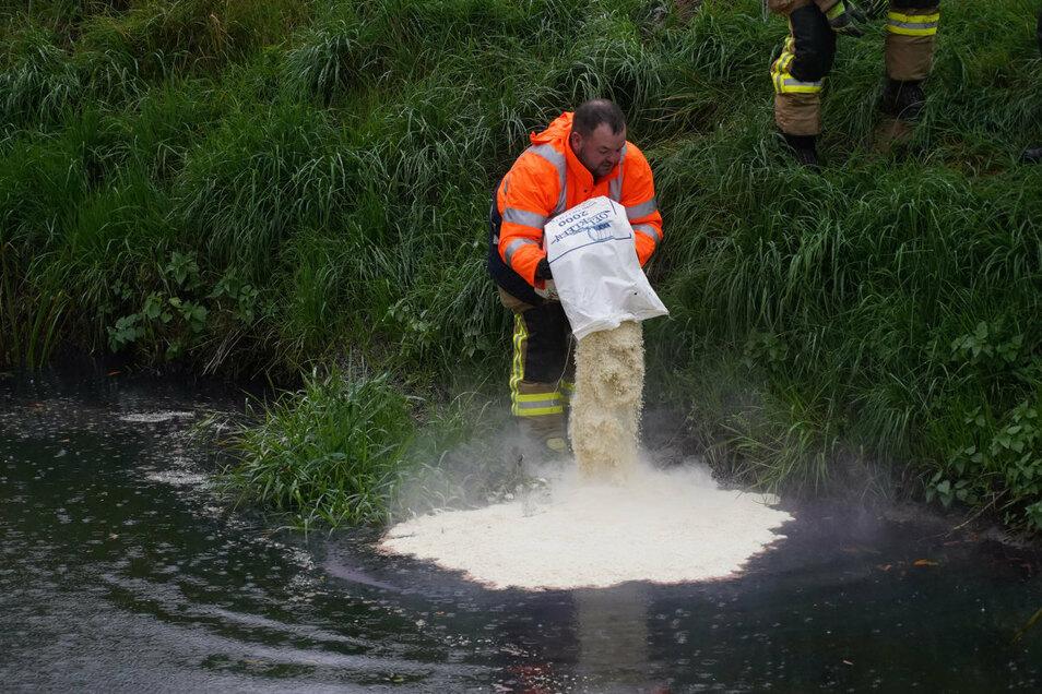 Schwimmfähiges Bindemittel soll das Heizöl in der Spree binden, damit es aufgefangen und aus dem Gewässer beseitigt werden kann.