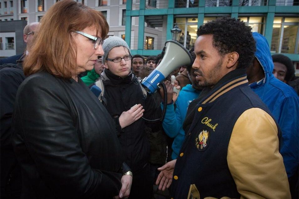 Vor dem Albertinum, wo der Neujahrsempfang des sächsischen Ministerpräsidenten Stanislaw Tillich (CDU) stattfand, sprach Petra Köpping (SPD), Staatsministerin für Gleichstellung und Integration, mit den Demonstranten.