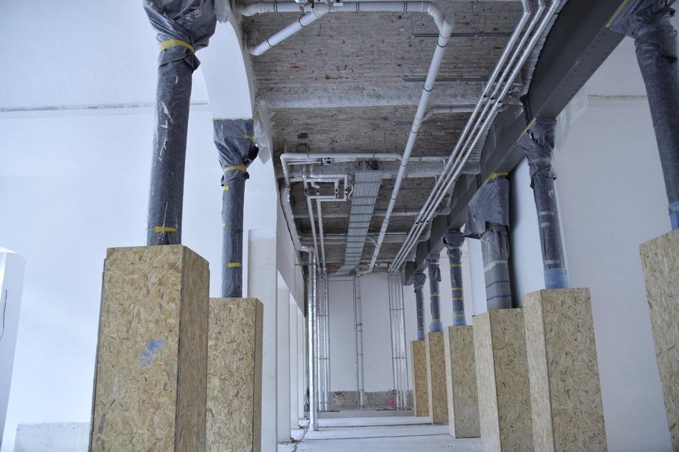 Dieser 600 Quadratmeter große Büroraum wurde im Untergeschoss der Oberpostdirektion ausgebaut. Die Stahlgusssäulen wurden erhalten und zusätzlich beschichtet.
